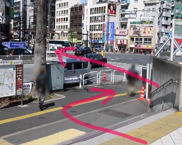 ②歩道に出たら右に進み、信号をサンマルクカフェさんのある方へ渡ります。