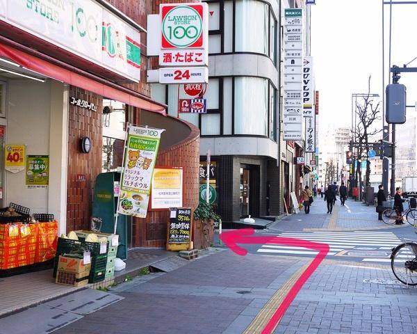 ⑧100円ローソンさんの先の道を左に曲がります。